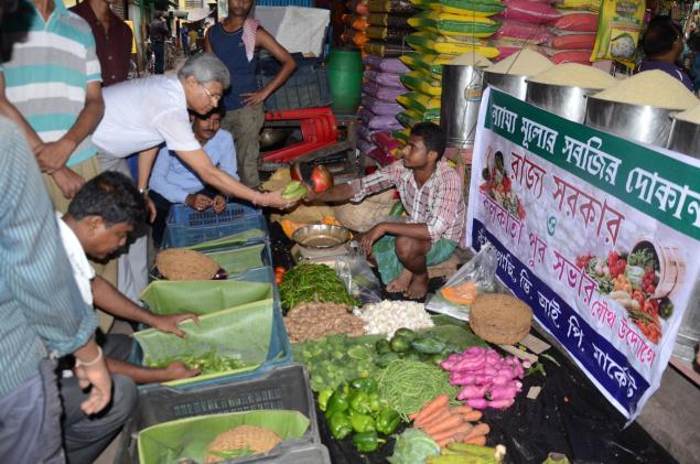 The State government's first fair price shop for vegetables making brisk business in Kolkata on Friday. PHOTO: SUSHANTA PATRONOBISH / The Hindu