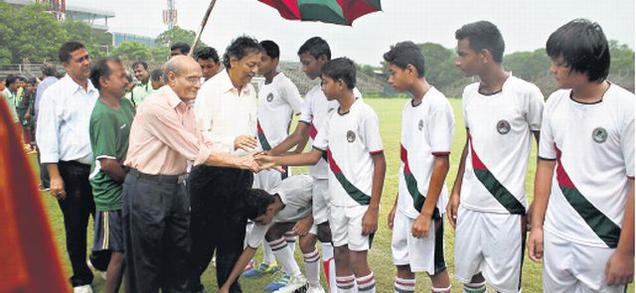 Samar (Badru) Banerjee, the Indian captain of the 1956 Melbourne Olympics football team and one of the oldest surviving football stars, meeting the Mohun Bagan junior players accompanied by the Mohun Bagan secretary Anjan Mitra. Photo: Special arrangement. / The Hindu