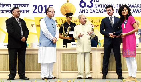 Moumita Roy on stage with President Pranab Mukherjee, Arun Jaitley and Rajyavardhan Rathore